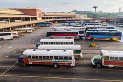 DE STAD VAN PANAMA, PANAMA - MEI 27, 2016: De bussen wachten bij Albrook-Busterminal in Panama CIT stock afbeeldingen