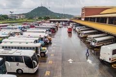 DE STAD VAN PANAMA, PANAMA - MEI 28, 2016: De bussen wachten bij Albrook-Busterminal in Panama CIT royalty-vrije stock fotografie
