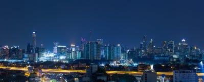 De stad van panoramabangkok bij nacht stock fotografie
