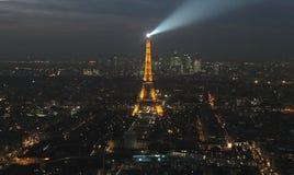 De Stad van Parijs en de Toren van Eiffel bij nacht stock foto