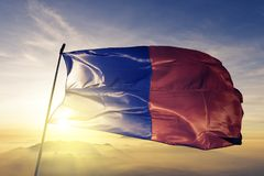 De stad van Parijs van stof die van de de vlag de textieldoek van Frankrijk op de hoogste mist van de zonsopgangmist golven stock fotografie