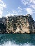 De stad van Peschici neemt op een klip in een schitterende positie toe die het overzees overzien royalty-vrije stock foto's