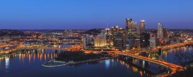 De stad in van Pittsburg bij Nacht royalty-vrije stock afbeelding