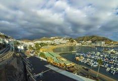 De stad van Puerto Rico, beroemde toeristentoevlucht op Gran Canaria-eiland, Spanje royalty-vrije stock fotografie
