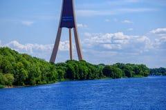 De stad van Riga, kapitaal van het panorama van Letland met rivier Daugava a stock foto's