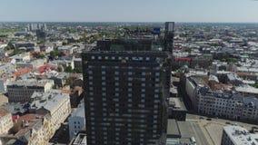 De stad van Riga skyscaper dichtbij Oude stad en het leven huizen en de andere bouw met wegen en auto's de vlucht van de verkeers stock videobeelden