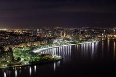 De stad in van 's nachts Rio de Janeiro Stock Foto's