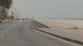 De stad van Salalaoman op kust met strandauto's stock video