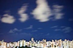 De Stad van Salvador bij Nacht Stock Afbeeldingen