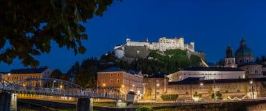 De stad van Salzburg bij nacht stock foto's