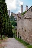 De stad van San Gimignano en externe muren en weg Stock Afbeeldingen