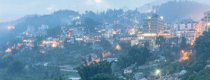De stad van de Sapaberg in noordelijk Vietnam bij schemering royalty-vrije stock foto's