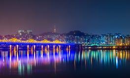 De stad van Seoel bij nacht royalty-vrije stock fotografie