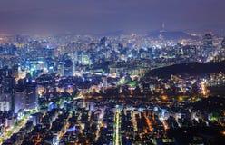 De stad van Seoel bij nacht stock afbeeldingen