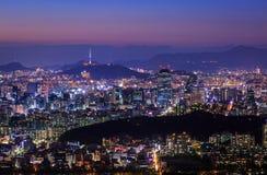 De Stad van Seoel bij Nacht met de Toren van Seoel stock afbeelding