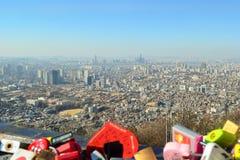 De stad van Seoel in daglicht met blauwe hemel, Seoel, Zuid-Korea Stock Fotografie