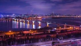 De stad van Seoel en de toren van Seoel bij nacht met een brug over de hanrivier, Zuid-Korea, 4K, Tijdtijdspanne stock footage
