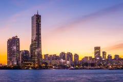 De stad van Seoel en wolkenkrabber, yeouido na zonsondergang, Zuid-Korea stock fotografie