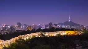 De stad van Seoel met de toren van Seoel en oude muur bij nachtmening, Zuid-Korea stock videobeelden