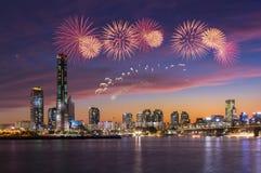 De Stad van Seoel in Zonsondergang met Vuurwerkfestival, Zuid-Korea stock foto's