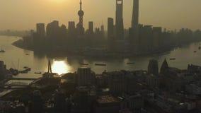 De Stad van Shanghai bij Zonsopgang Huangpu en Lujiazui-District China Lucht Mening stock video