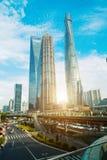 De stad van Shanghai scape in zonsondergangtijd Modern milieu Stock Afbeelding