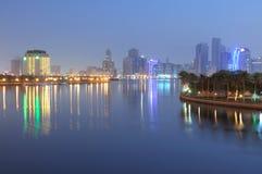 De Stad van Sharjah bij schemer Royalty-vrije Stock Foto