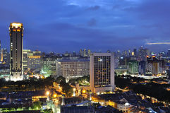 De stad van Singapore bij blauw uur royalty-vrije stock foto's