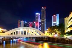 De stad van Singapore bij nacht Stock Afbeelding