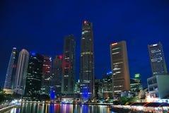 De stad van Singapore bij nacht Royalty-vrije Stock Foto's