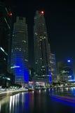 De stad van Singapore bij nacht Stock Foto