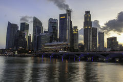De Stad van Singapore bij zonsondergang Stock Foto's