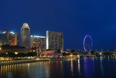 De stad van Singapore in de avond Royalty-vrije Stock Foto's