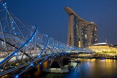 De stad van Singapore Marina Bay Helix Bridge Skyline bij nacht Stock Foto