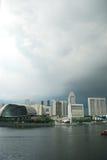 De stad van Singapore onder wolken Stock Foto