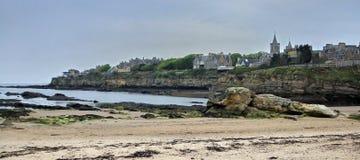 De stad van St Andrews, die van het strand wordt gezien royalty-vrije stock fotografie