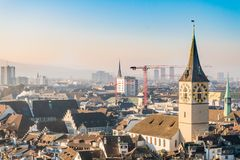 De stad in van de stadscentrum van Zürich en beroemde kerkklokketoren Stock Fotografie