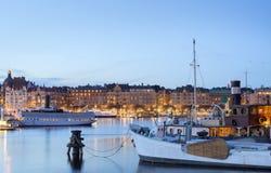 De stad van Stockholm bij schemer Stock Foto's