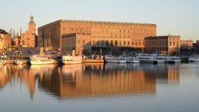 De stad van Stockholm en Royal Palace in Stockholm stock video