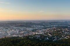 De Stad van Stuttgart bij nacht in de zomer - Reisbestemmingen in Duitsland royalty-vrije stock afbeeldingen
