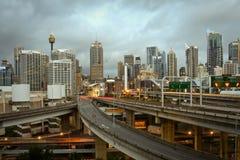 De stad van Sydney, Australië, met onweerswolken. Stock Fotografie