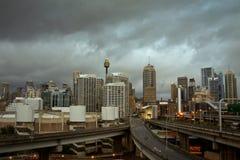 De stad van Sydney, Australië, met onweerswolken. Royalty-vrije Stock Afbeeldingen
