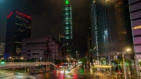 De Stad van Taipeh bij Nacht in Taiwan met Verlicht Financieel Centrum Timelapse van Vervoer die zich op Kruispunten in bewegen stock video
