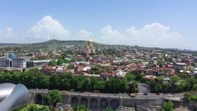De Stad van Tbilisi Lucht Mening Presidentieel Paleis, Sameba - Heilige Drievuldigheidskathedraal stock video