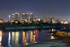 De stad van Tel Aviv bij de nacht Stock Afbeelding