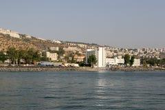 De stad van Tiberias door het Overzees van Galilee, Israël Stock Afbeelding