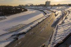De stad van Tyumen in Rusland De winterrivier in de ochtend stock afbeeldingen