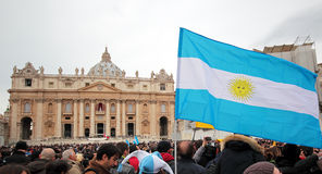 Menigte in St. Peter Square vóór Angelus van Paus Francis I Stock Fotografie