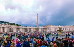 De stad van Vatikaan - 02 Mei, 2014: Mensen die zich in lijn bij de ingang aan de Kathedraal van St Peter bevinden Stock Afbeelding