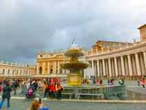 De stad van Vatikaan - 02 Mei, 2014: Mensen die zich in lijn bij de ingang aan de Kathedraal van St Peter bevinden Royalty-vrije Stock Foto